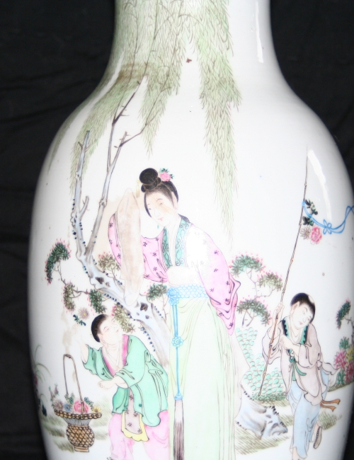 Vase traditionnel chinois balade sous les arbres